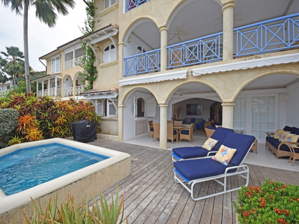 Ground floor Apartment with expansive Patio and Pool