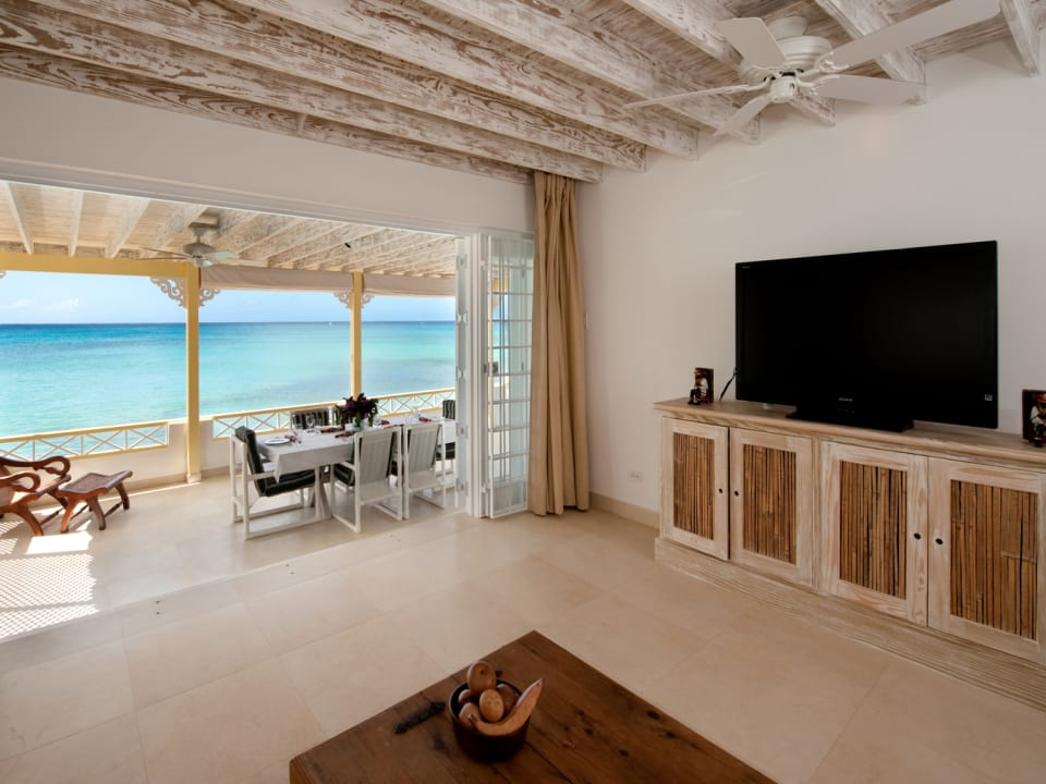 Easy Reach living room and terrace with sea views