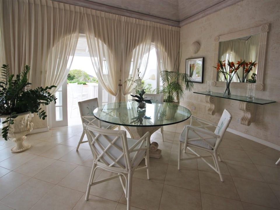 Breakfast/indoor dining area