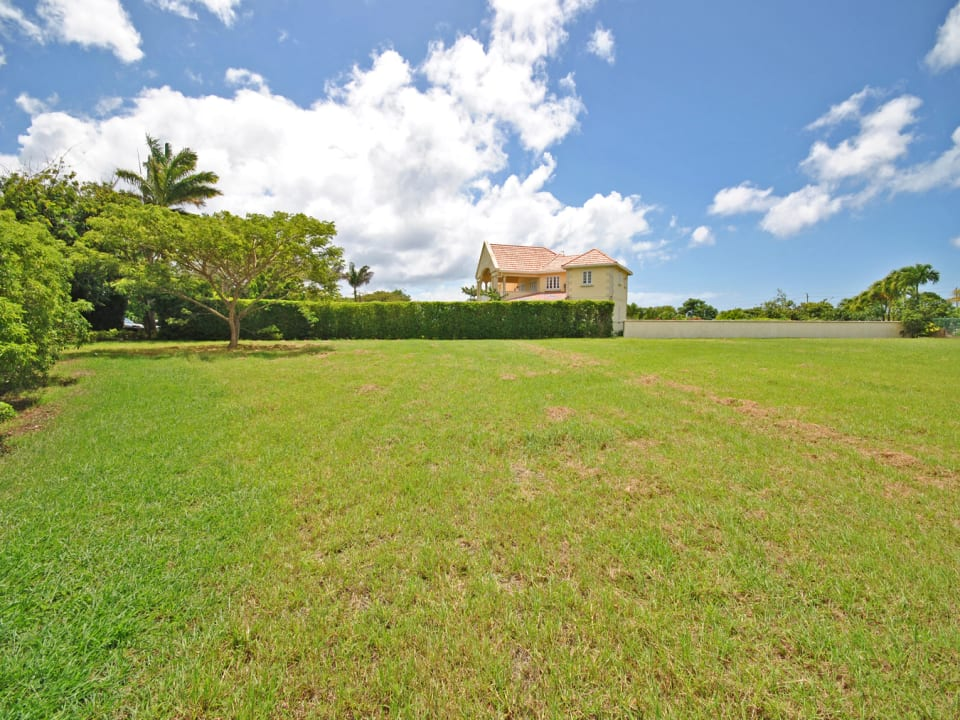 Large and level land lot in attractive neighbourhood