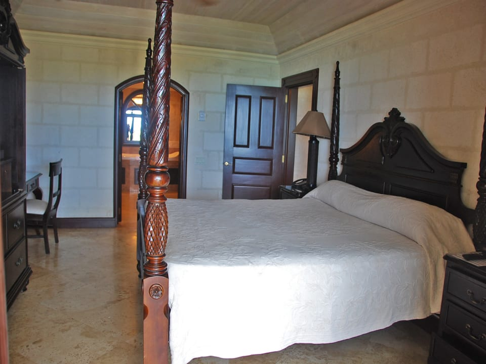 Bedroom suite with Four-poster bed