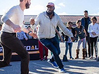 Visättraskolans personal leker på rasten - för en tryggare skola