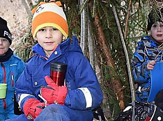 Förskoleklassarna som leker och lär sig i skogen