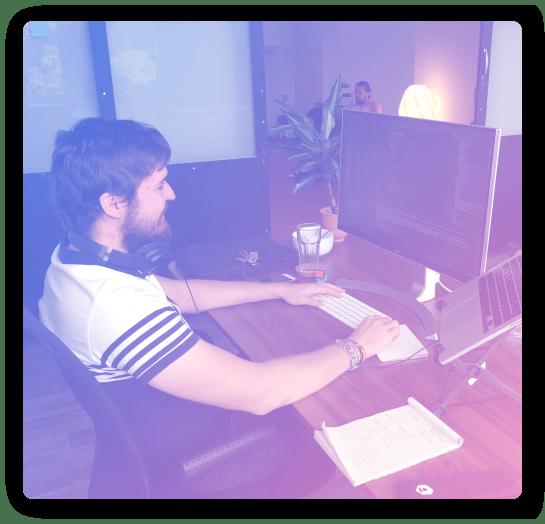 [fotografie] Monk Karel při práci na aplikaci Adler