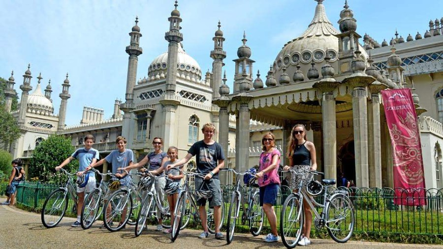 Private Family bike tour infront of the Royal Pavilion Palace.