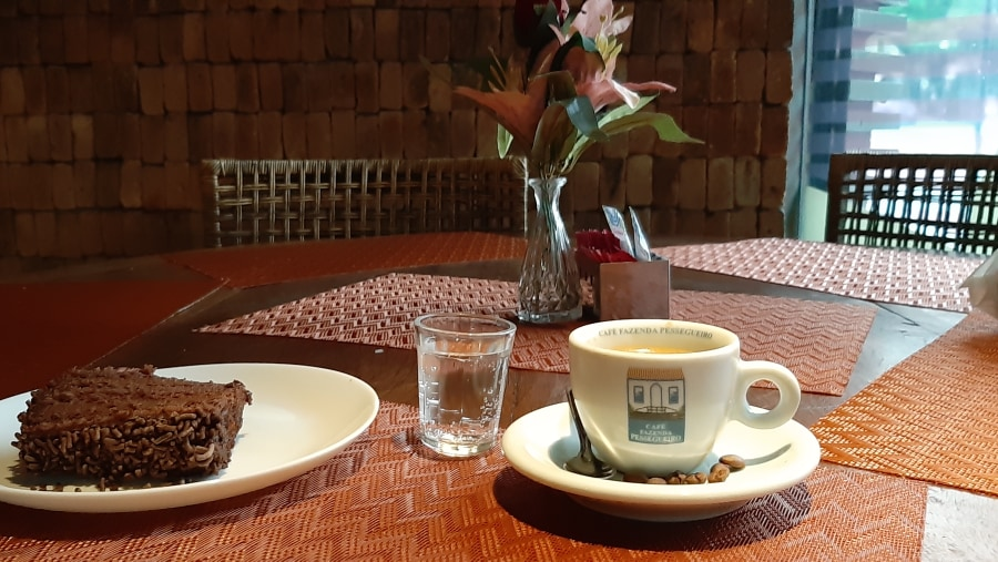Cafezin e bolo de chocolate no Benzadeus