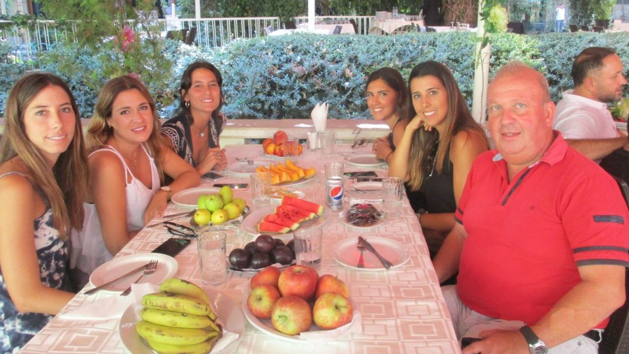 Fruit break with Spanish women in Zahle (2019-09)