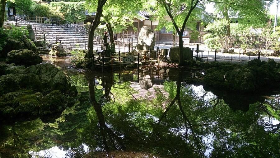 Mirror pond in Shoboji temple