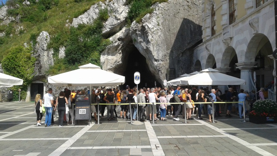 A line to enter the biggest show cave in Europe.