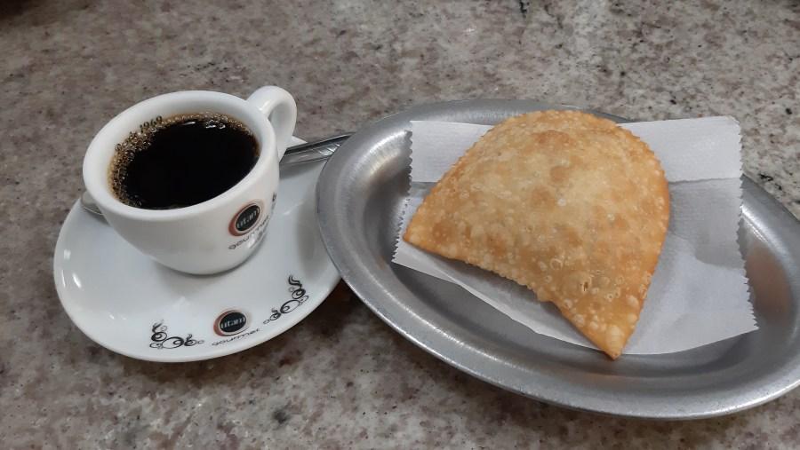 Cafezin e Pastel de carne no Café Palhares