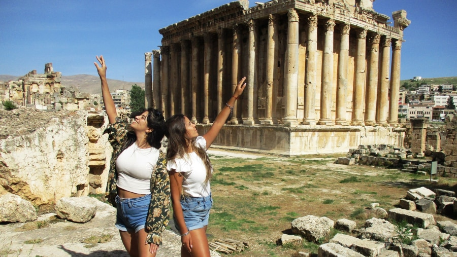 Argentinian Lebanese girls facing the Temple of Bacchus in Baalbek (2021-05)