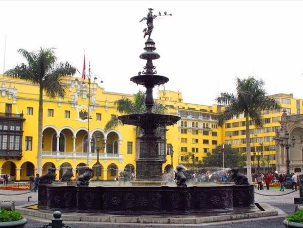 Visit the Plaza De Armas De Lima