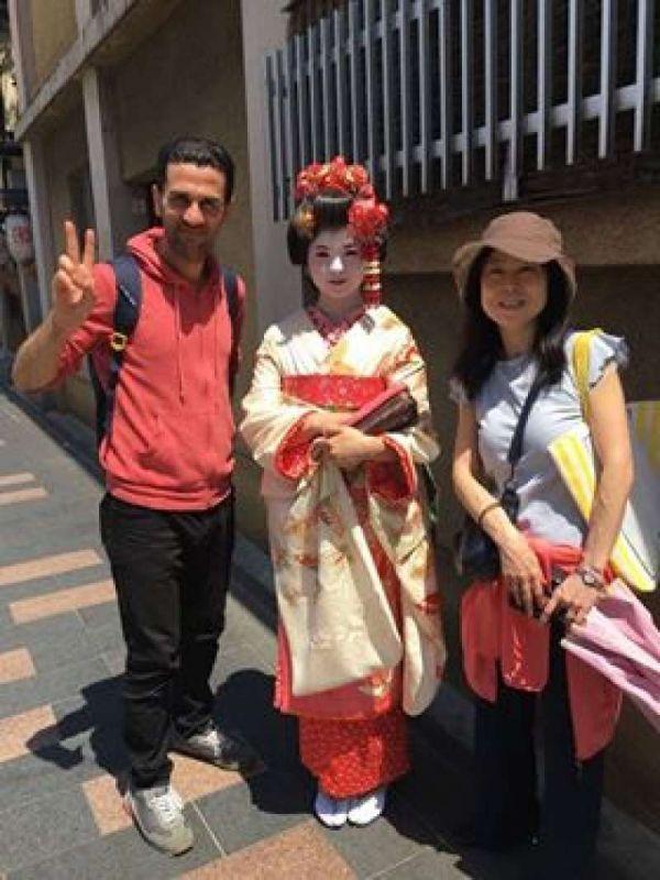 Tourists posing with a Geisha