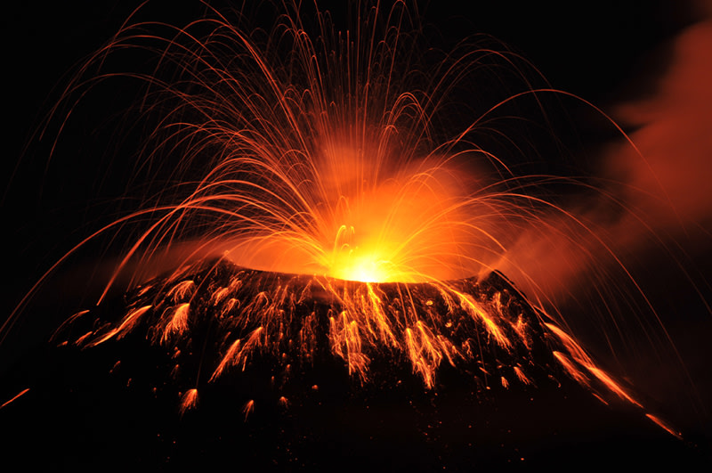 Volcan de Pacaya erupting