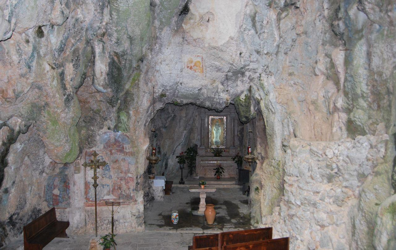 v; Grotta santuario di Monte Stella