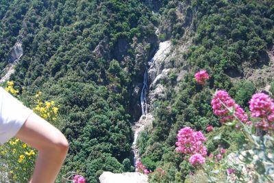 Trekking da Ferdinandea alla cascata del Marmarico. Vista sulla cascata