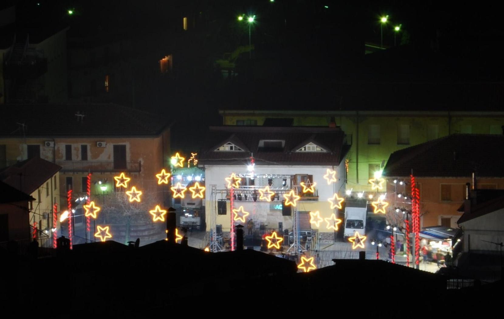 Bivongi; Piazza del Popolo addobbata per Natale