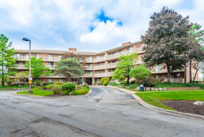 3rd Fl Updated 2 BR End Unit in Lovely Deer Creek Subdivision