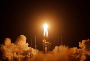 """中国发射嫦娥五号,前往月球""""挖土"""""""