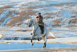 马背上的领导人:朝鲜发布金正恩白头山骑马照