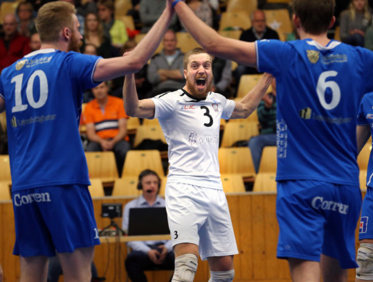 Volleyboll en spelare med annan färg på tröjan