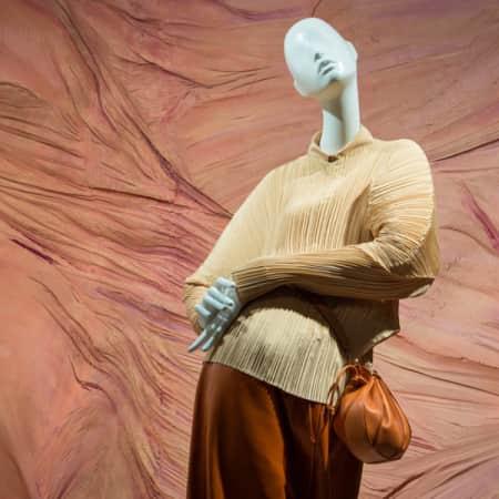 Mannequin in crepe Jil Sander against a dusty rose background