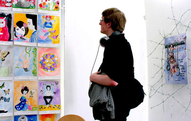 LCC: Foundation Studies in Art & Design students putting up end of year show. Photographer: Ana Escobar