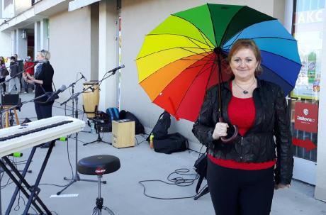 p. uč. Irena Lidmilová s duhovým (úklidovým) deštníkem