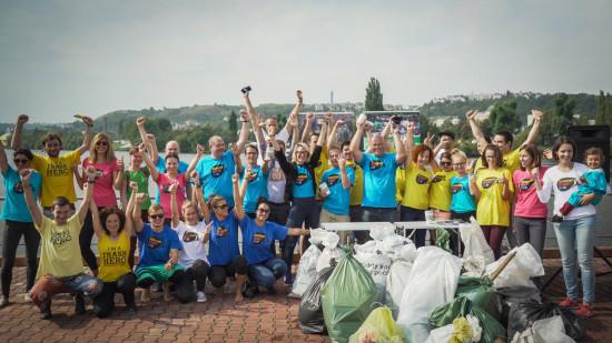 Dobrovolníci po úklidu Vltavy