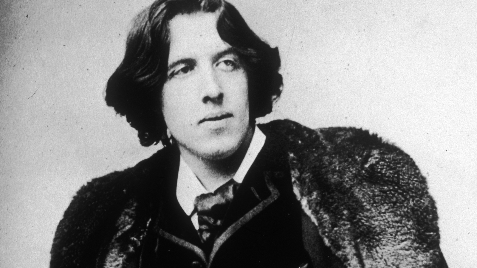 oscar wilde Directed by brian gilbert with stephen fry, jude law, vanessa redgrave, jennifer ehle the story of oscar wilde, genius, poet, playwright and the first modern man.