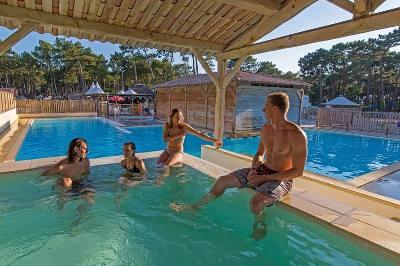 ue18_frankreich_surfcamp_pool
