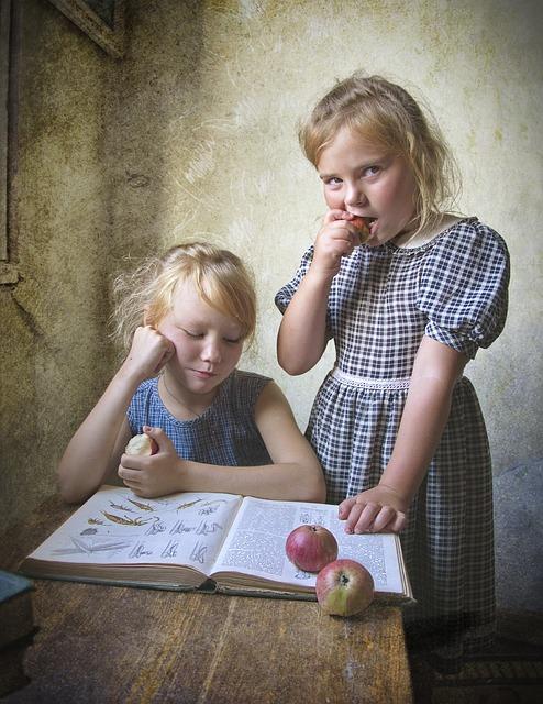 Livro ilustrado, maça, crianças aprendendo.