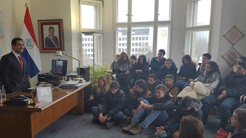 Alumnos del Colegio Goethe de Asunción visitan la Embajada