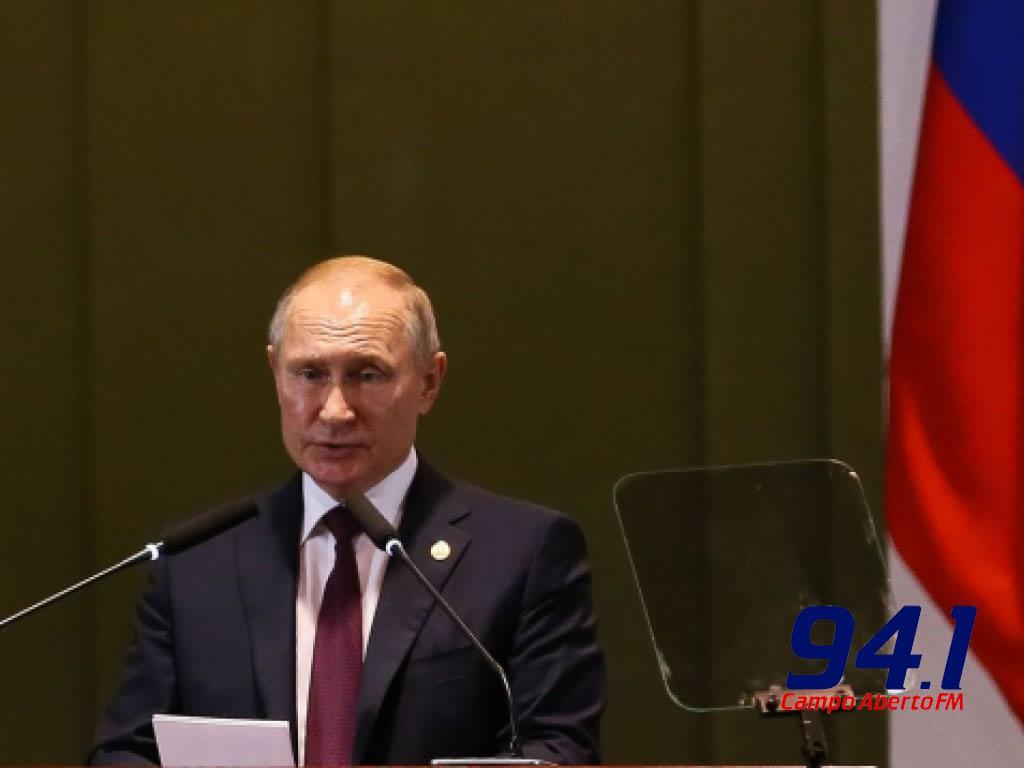 Putin diz que Rússia é o 1º país a registrar vacina contra a covid-19