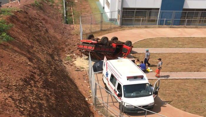 Cantagalo: Caminhoneta tomba e cai dentro de pátio de creche