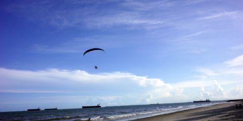 Paralayang di Pantai Kemala