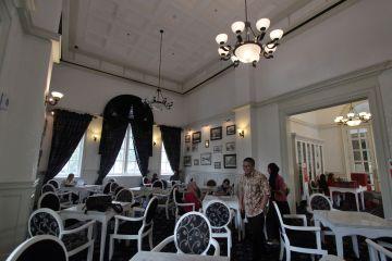 Wisatawan beraktivitas di salah satu ruangan bersejarah di gedung Balai Kota Medan, Sumatera Utara, Senin (29/6)