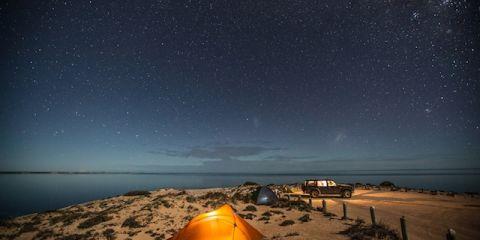 Tidur di bawah naungan bintang di kawasan Eagle Bluff  dekat dengan area Denham. (FOTO: Greg Snell)