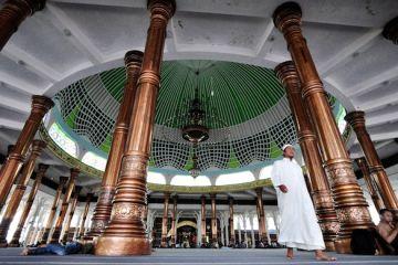 Jamaah berada di dalam Masjid Agung Al-Falah, atau Masjid Seribu Tiang di Kelurahan Legok, Kecamatan Telanaipura, Jambi, Jumat (25/7).