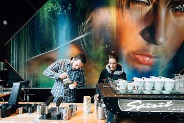 Mural karya Adnate menambah kesan kontemporer Axil Espresso Bar. (FOTO: Kristoffer Paulsen)