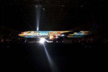 Pesawat Boeing 777-300ER diperlihatkan kepada publik dalam permainan cahaya dan proyektor pada penyambutan pesawat terbaru maskapai Garuda Indonesia (FOTO: ANTARA/Ismar Patrizki)