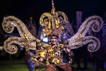 SOLO BATIK CARNIVAL. Sejumlah model berbusana khas Batik Solo Carnival tampil dalam pembukaan Business Process Outsourcing Indonesia Convention 2013 di Candi Prambanan, Sleman, Yogyakarta, Selasa (2/4) malam. Busana kreasi dari Solo tersebut merupakan bentuk perpaduan antara seni tradisional dan seni kreatif yang diwujudkan dalam sebuah karya fashion dan dunia seni pertunjukan. (FOTO: ANTARA/Sigid Kurniawan)