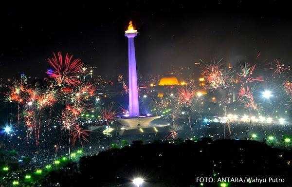 Semarak kembang api di Kawasan Monas, Jakarta Pusat, menandai pergantian tahun baru 2013.