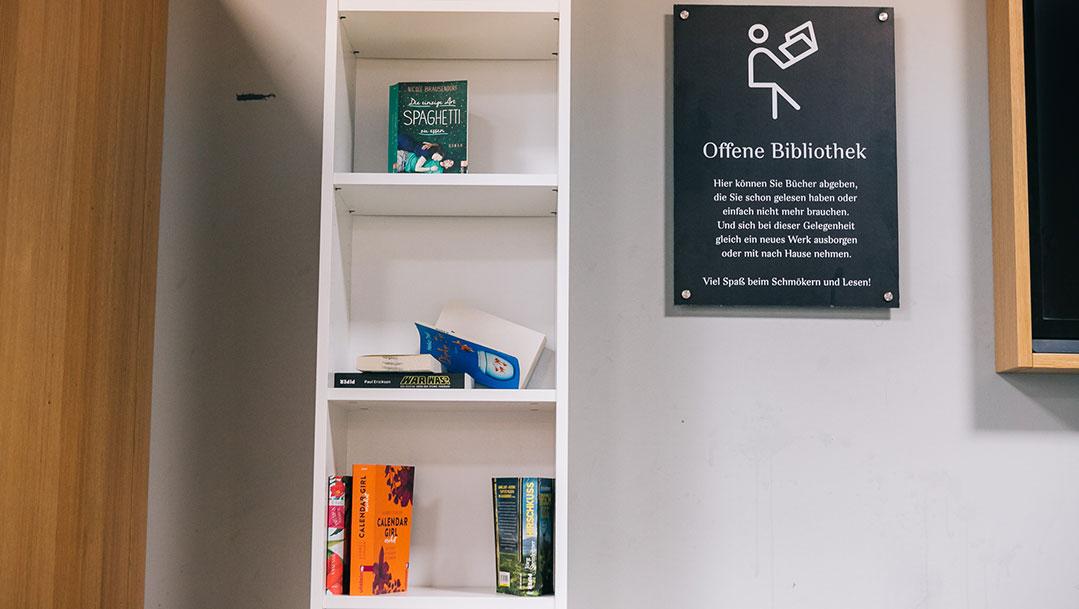 Ganz neu: der offene Bücherschrank in der VIP LOUNGE!