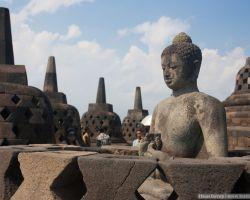 Будда на Боробудуре