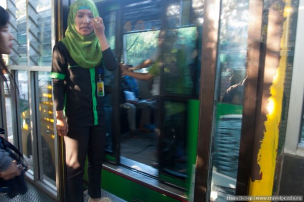 Кадр смазанный, но система видна - работник на станции передаёт вас работнику в автобусе, а тот высадит в нужном месте на пересадку.