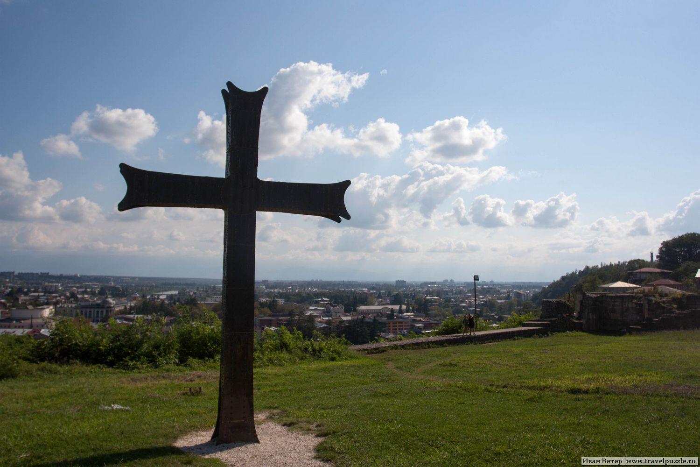 Крест у храма Баграта