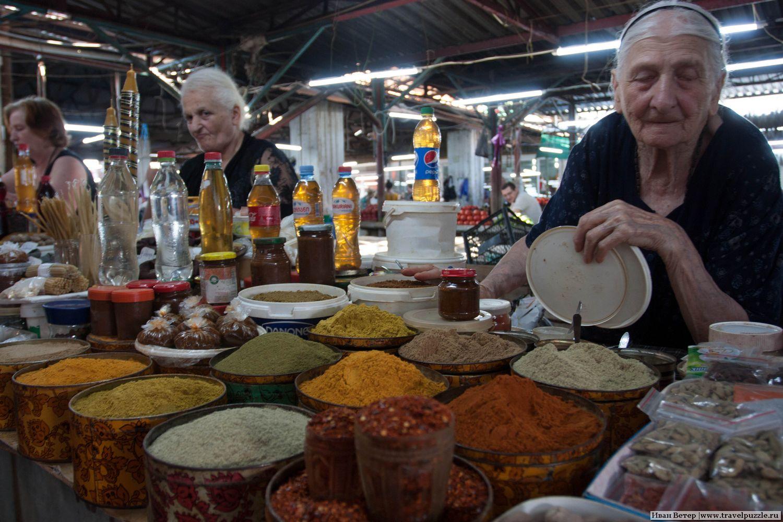 Рынок Кутаиси и старушки, продающие специи