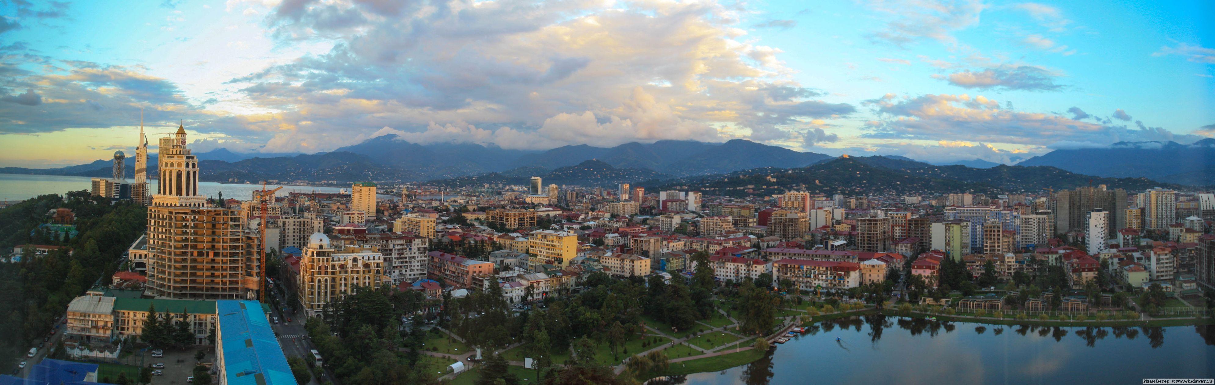Панорама Батуми: море, город и горы.