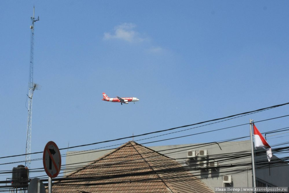 Низколетящий самолёт над Бандунгом